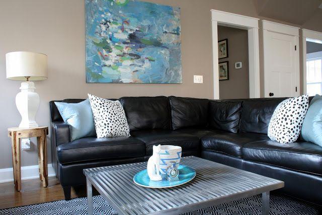 quadro azul com sofas preto