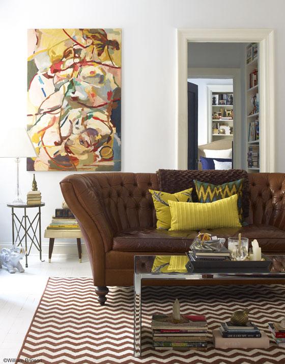 sofa-marrom-com-almofadas-amarelas