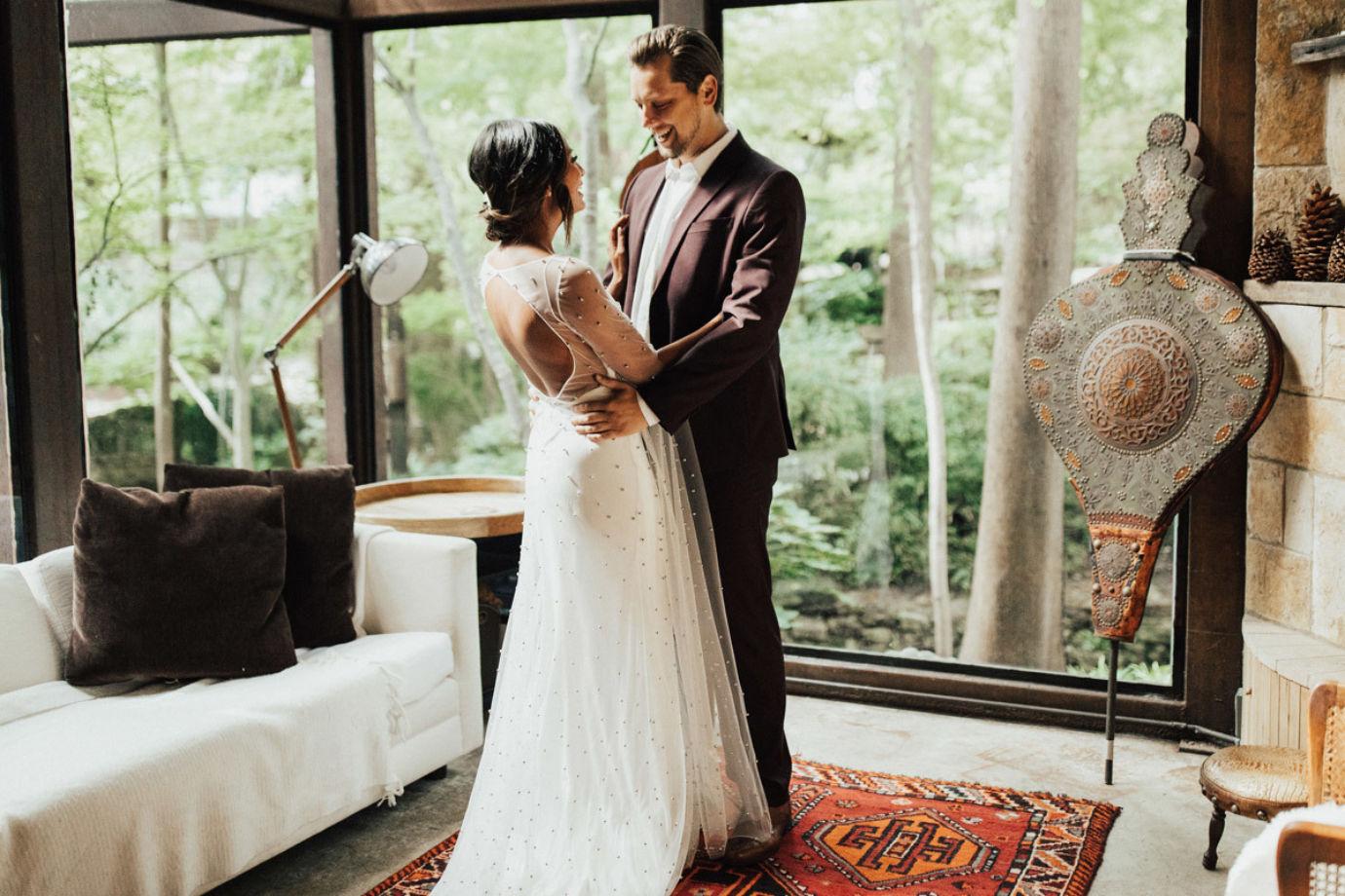 be8a17561 Para as noivas em busca do vestido de noiva perfeito, alguns detalhes são  importantes: tecido, modelo, saia, decote e muito mais.